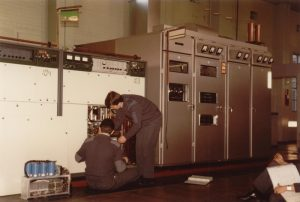 Image of two airmen repairing a Marconi 1140 transmitter at RAF Greatworth circa 1982